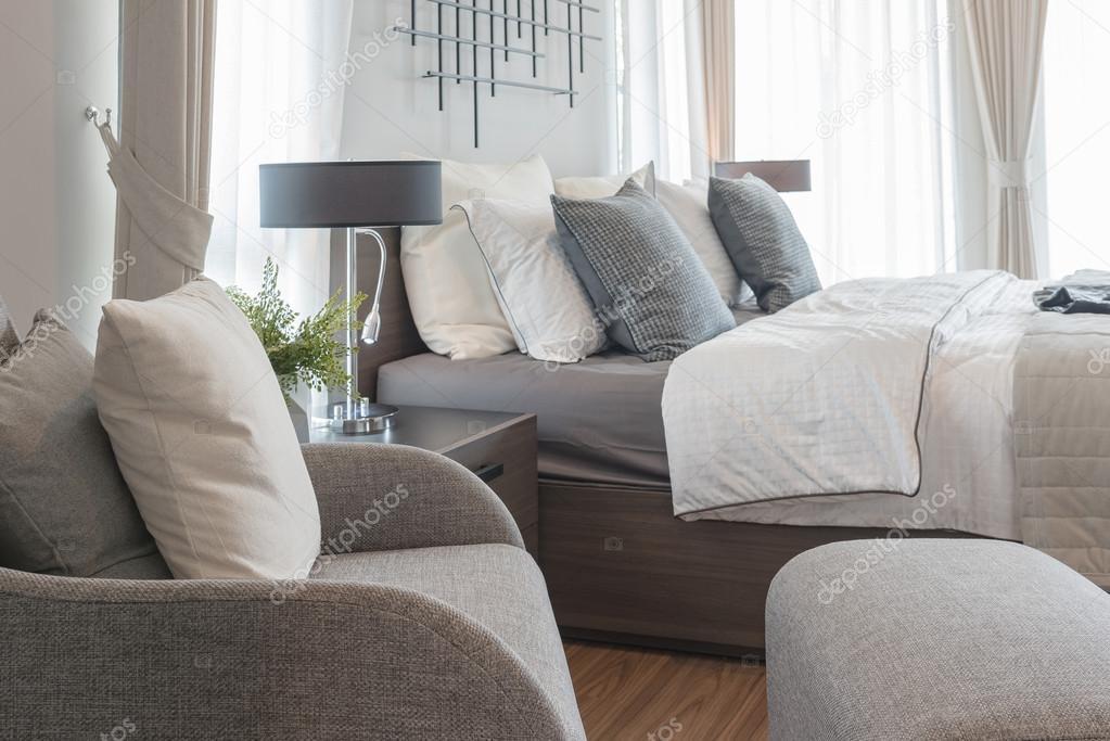 Camera Da Letto Legno Moderna : Camera da letto moderna con stile moderno lampada sulla tavola di