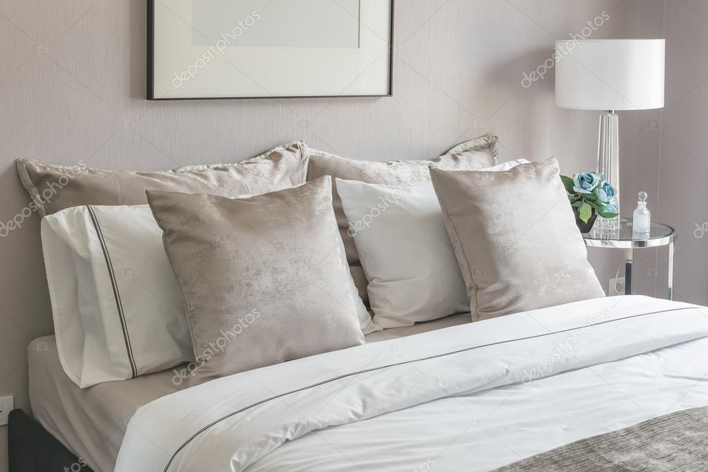 klassieke slaapkamer met Opmaakset kussens op bed en wit licht ...