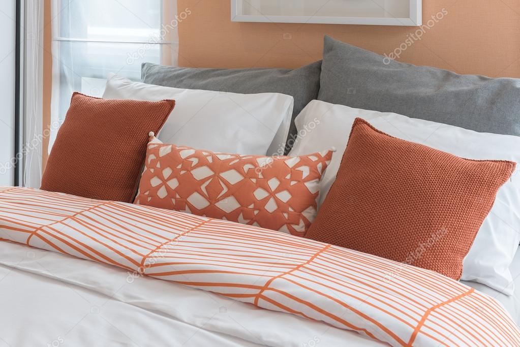 Orange Farbe Ton Kissen Am Bett Im Modernen Schlafzimmer U2014 Stockfoto