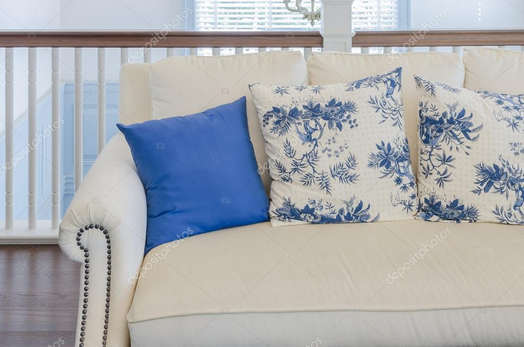 blaue Kissen auf Beige Sofa im Wohnzimmer Luxus — Stockfoto ...