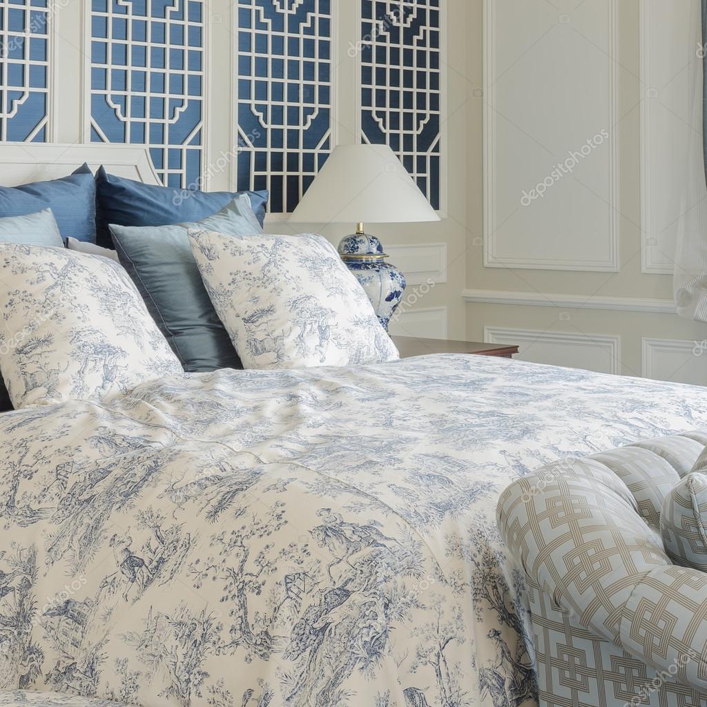 Letto king size di lusso in camera con divano letto a casa \u2014 Foto di  khongkitwiriyachan