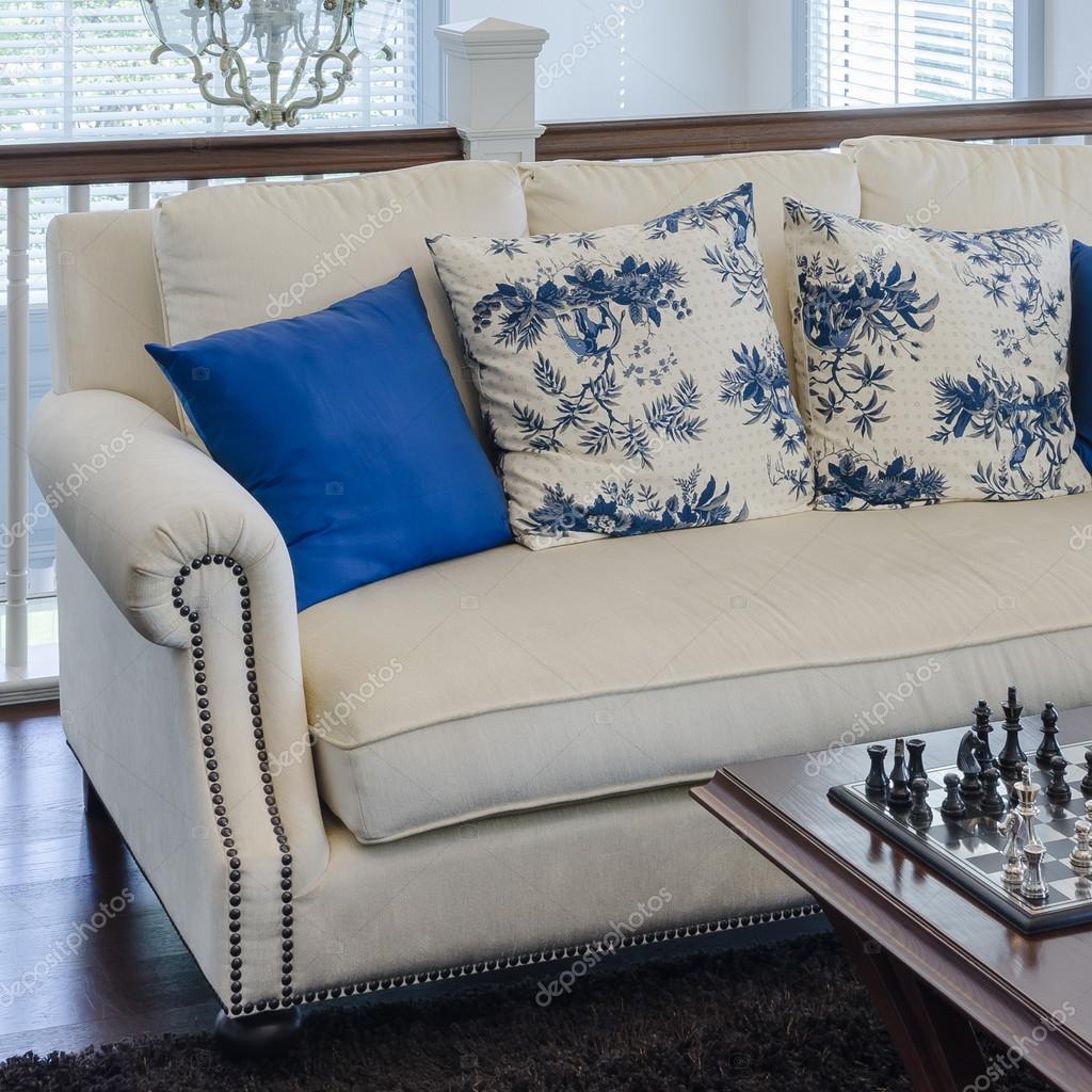 Sof De Luxo Com Almofada Azul No Tapete Marrom Na Sala De Estar  -> Tapete Para Sala Marrom