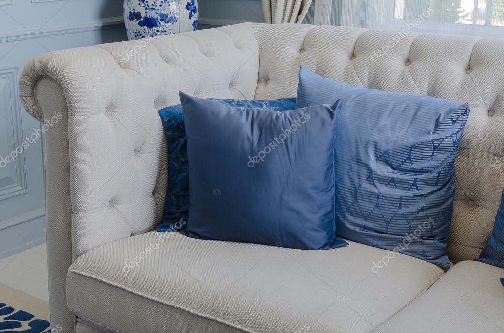 cuscini blu sul bianco divano nel soggiorno di lusso a casa ? foto ... - Soggiorno Blu E Bianco