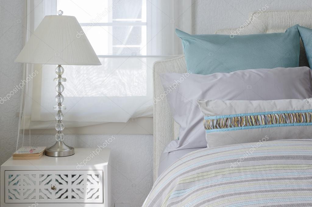 Luxe kamer met lamp op witte tafel u stockfoto