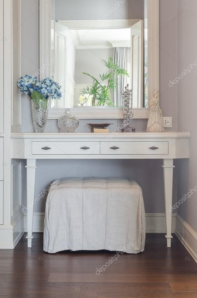 Toilettafel Met Spiegel.Witte Toilettafel Met Spiegel Stockfoto C Khongkitwiriyachan 61702495