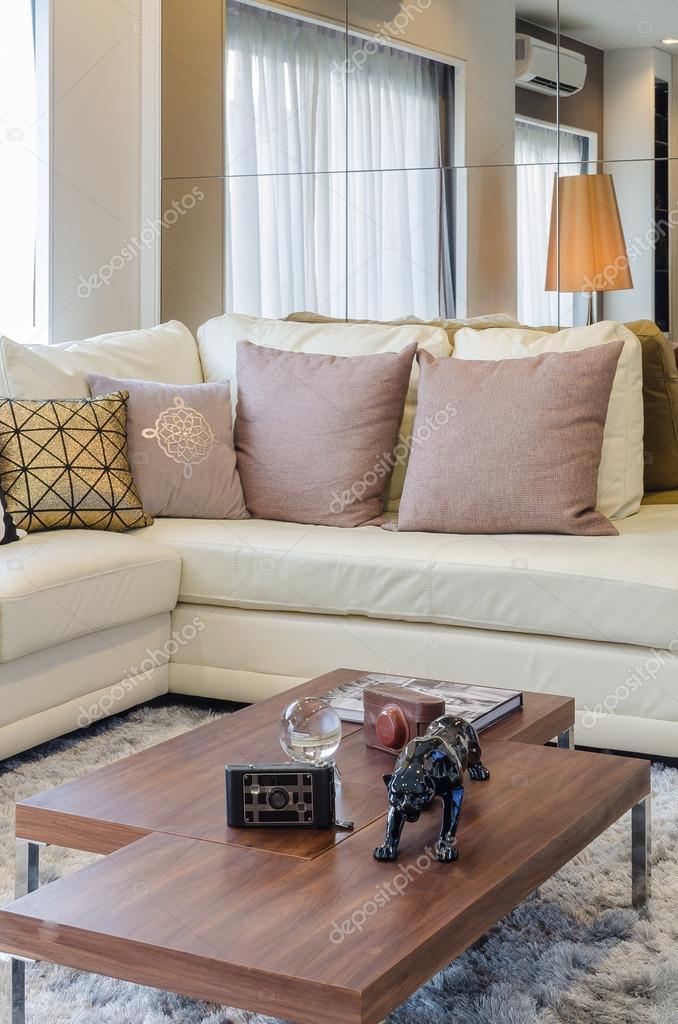 witte in rococostijl met kussens en houten tafel in woonkamer ...