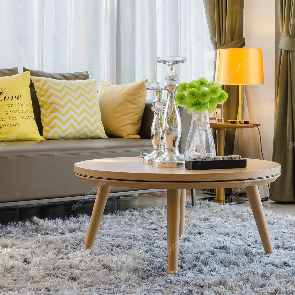 houten ronde tafel op tapijt in de woonkamer — Stockfoto ...