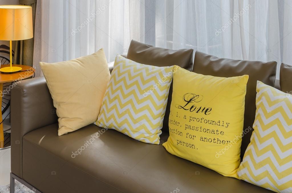 37ed9faea3cc98 Sofá marrom com almofadas amarelas — Stock Photo ...
