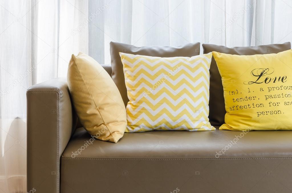 braun modern Sofa mit gelben Kissen im Wohnzimmer — Stockfoto ...