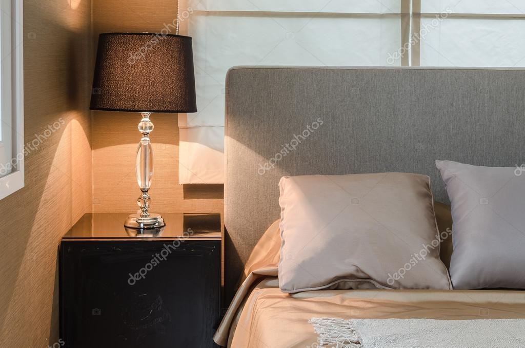 Lampada da tavolo in legno in camera da letto design u foto stock