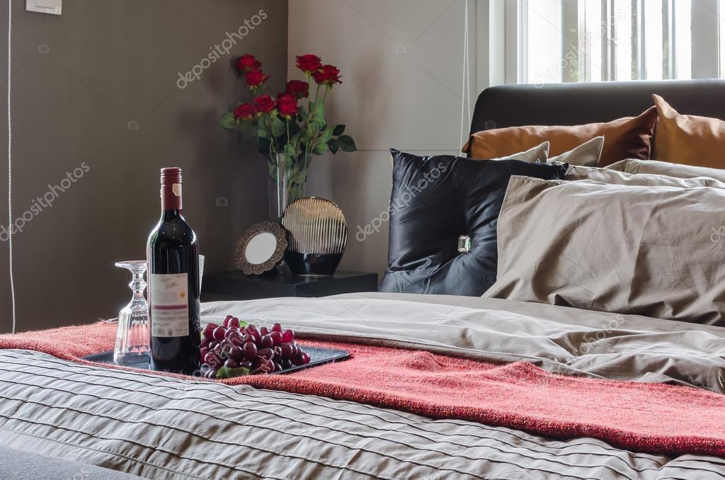 Schwarz Bett Im Schlafzimmer Design Mit Wein Stockfoto