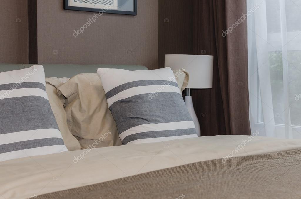 Moderne slaapkamer ontwerp met bruin behang u stockfoto