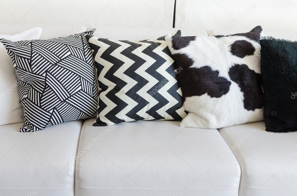 Divani Bianchi E Neri : Bianchi e nero cuscini sul divano bianco in salotto a casa u2014 foto