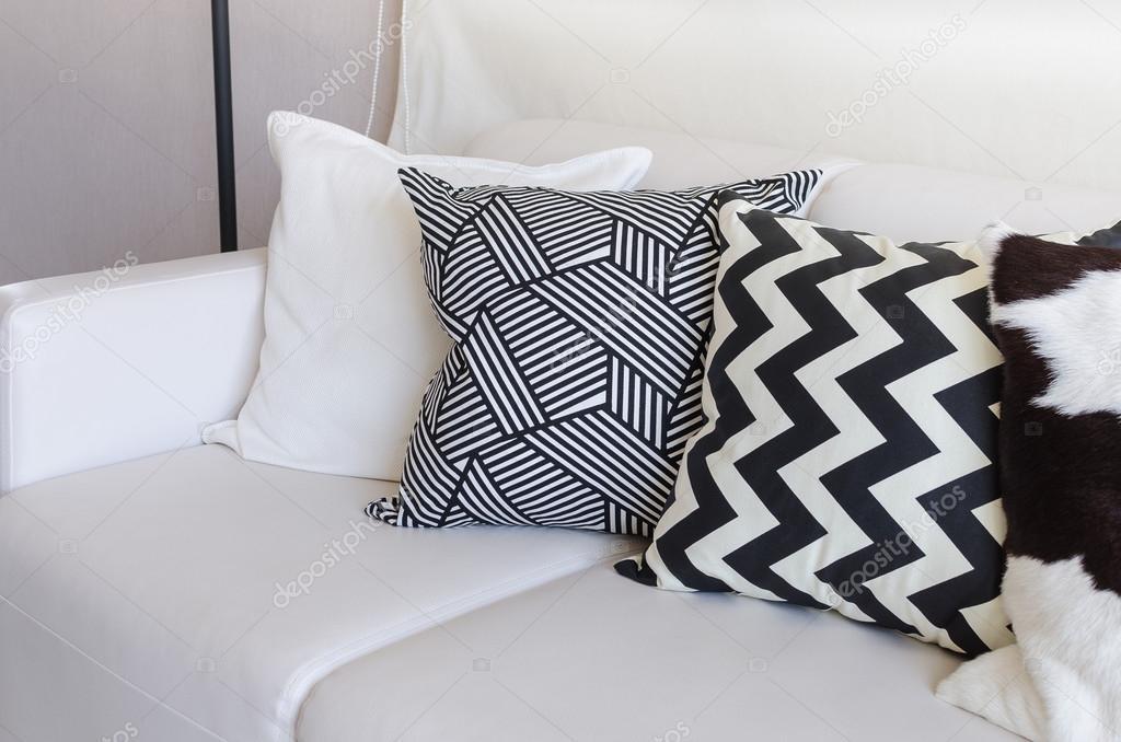 Divano Nero Cuscini : Bianchi e nero cuscini sul divano nel salotto a casa u foto stock