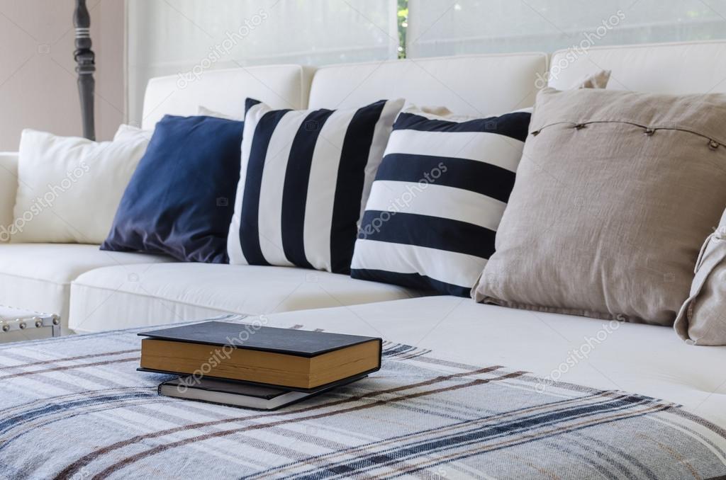 grote witte Bank met kussens in woonkamer — Stockfoto ...