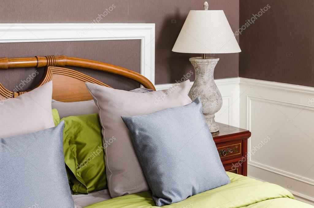 Grijze Slaapkamer Lamp : Slaapkamer met grijze lamp op nachtkastje u stockfoto