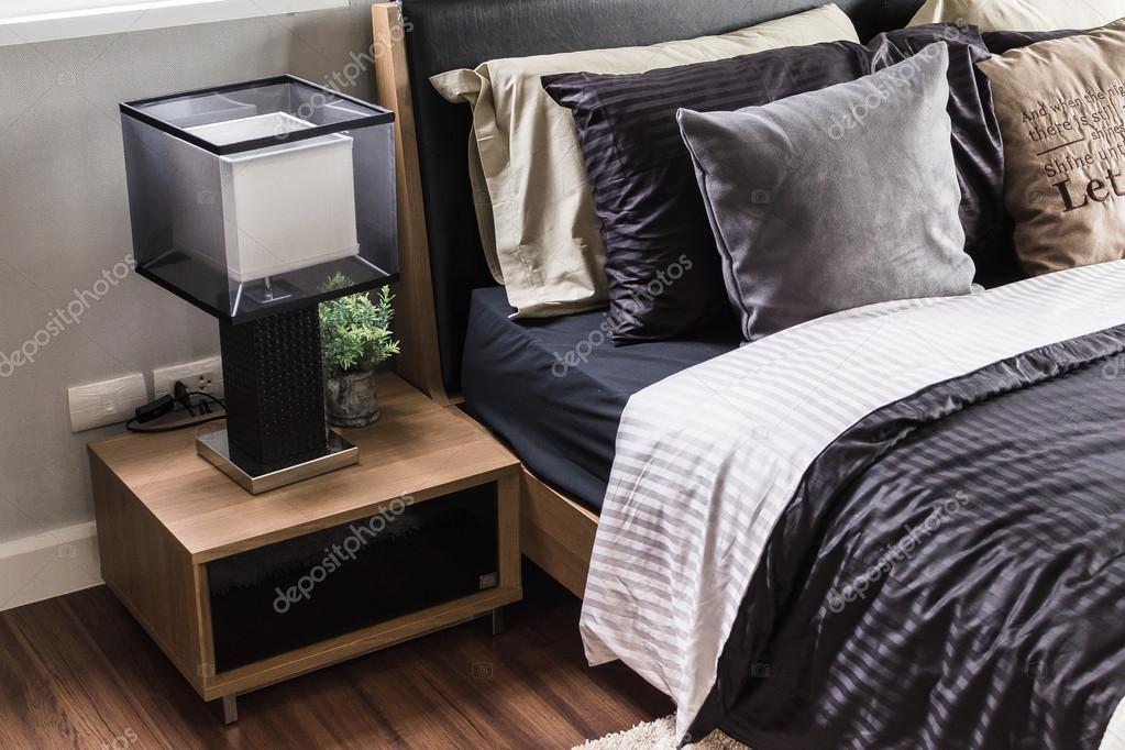 Grijze Slaapkamer Lamp : Moderne grijs slaapkamer met houten nachtkastje en lamp u2014 stockfoto
