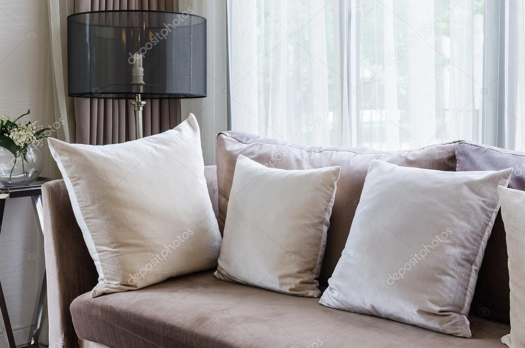 moderne interieur kussens op bruin sofa — Stockfoto ...