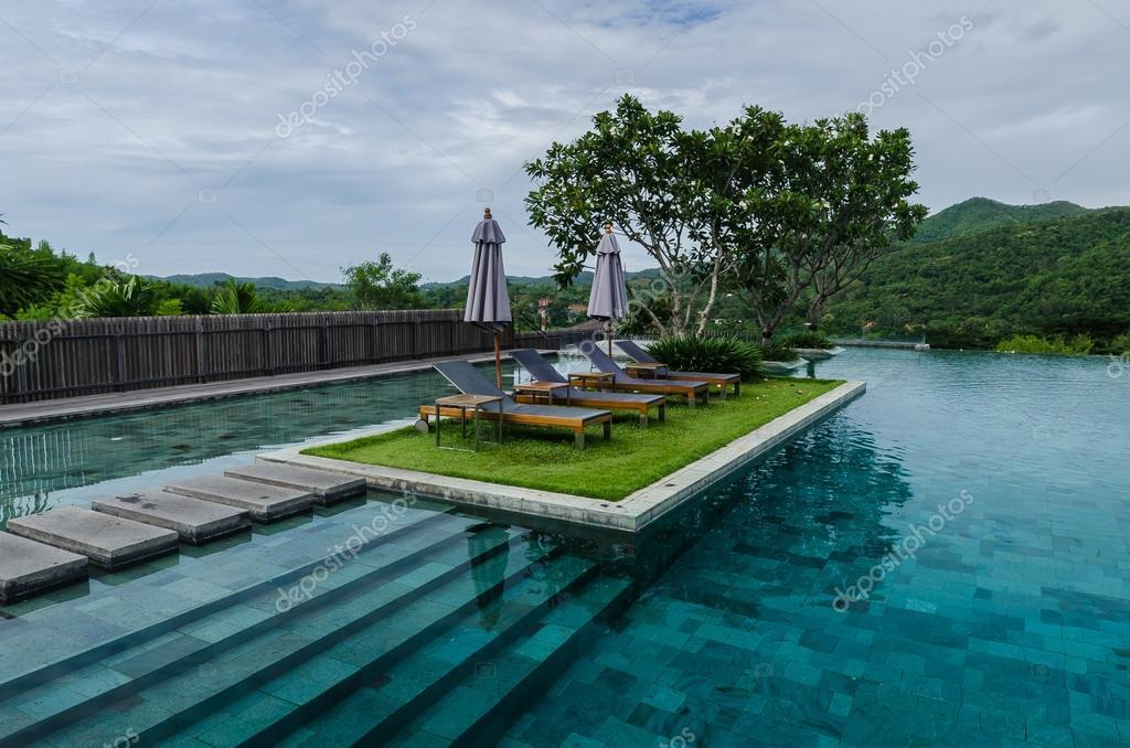 Zwembad met berg thailand stockfoto for Zwembad aanschaffen