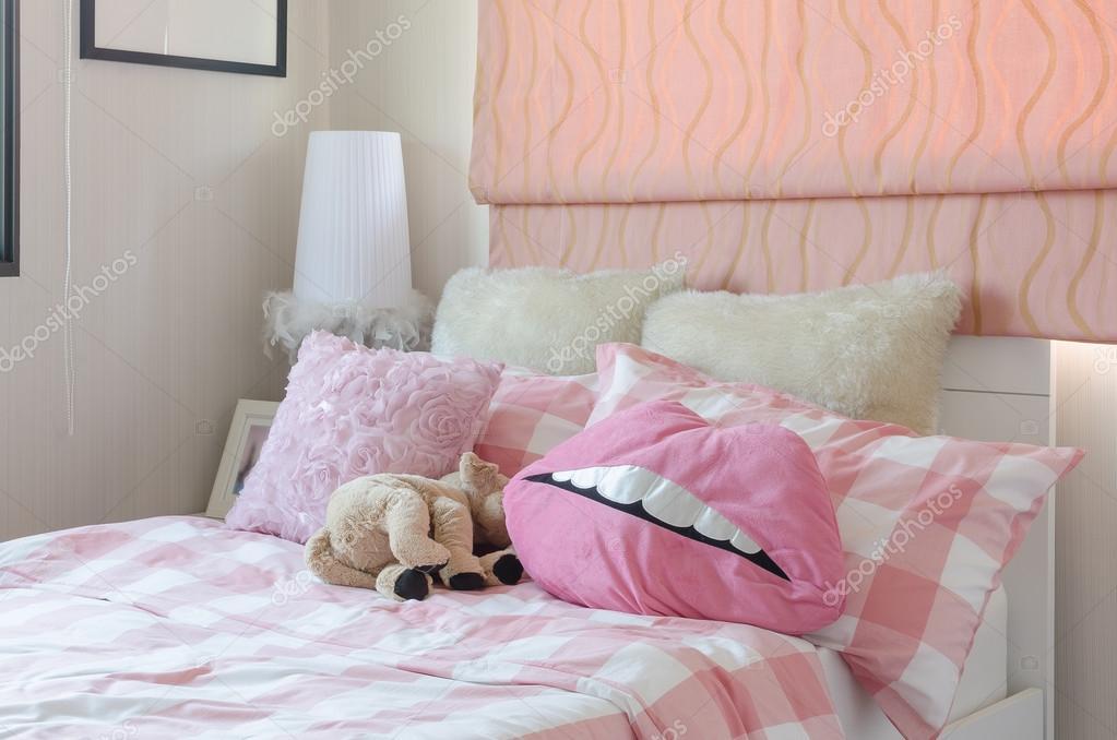 Camera Da Letto Color Rosa : Camera da letto della ragazza nel colore rosa con cuscini e
