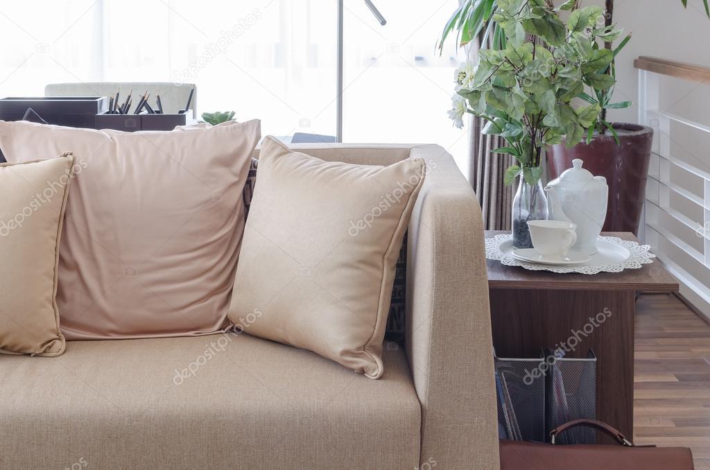 Braunes Sofa Mit Kissen Mit Teetasse Auf Holztisch In Lebenden R
