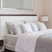 Luxusní ložnice s bílým klasické lampu na stůl