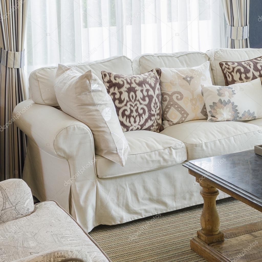 beige kleur sofa en kussens in woonkamer — Stockfoto ...