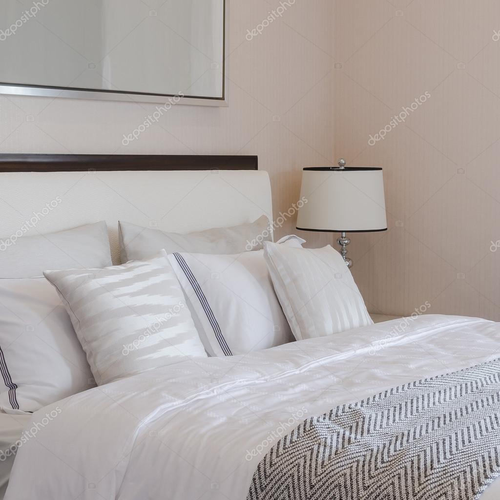 luxe slaapkamers met witte klassieke lamp op tafel — Stockfoto ...