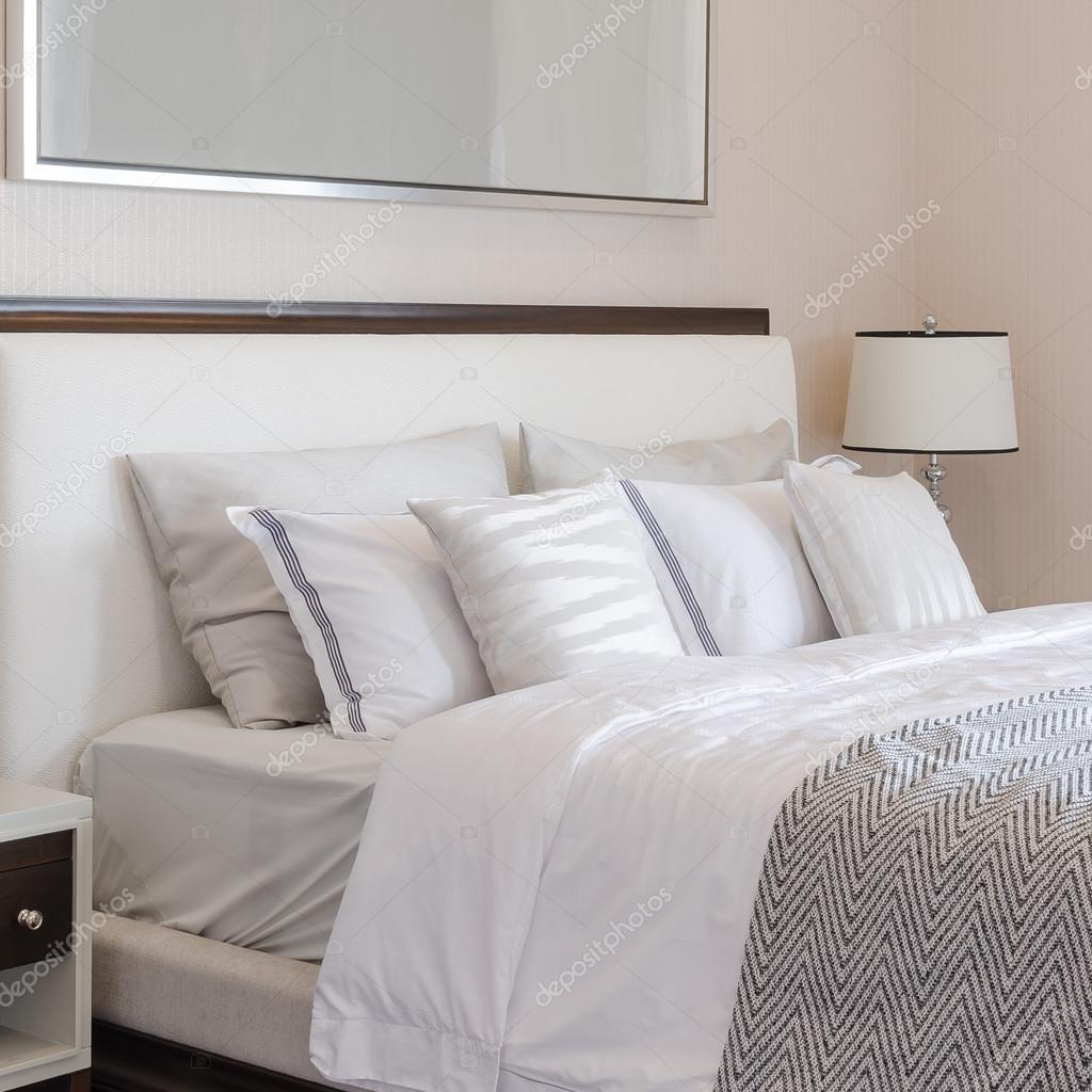 camera da letto di lusso con lampada bianca classica sul tavolo ...