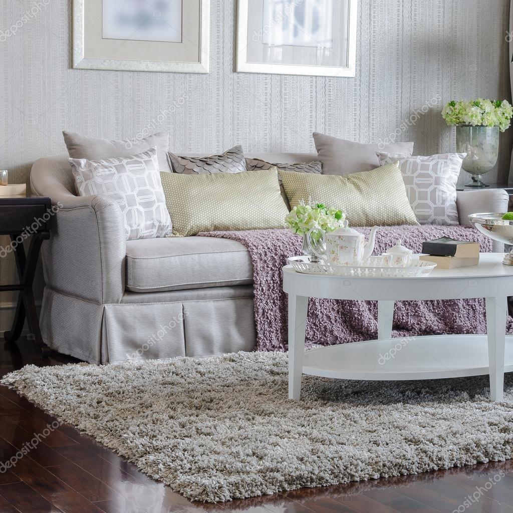 luxus wohnzimmer mit sofa und wei tisch auf teppich stockfoto khongkitwiriyachan 63680901. Black Bedroom Furniture Sets. Home Design Ideas