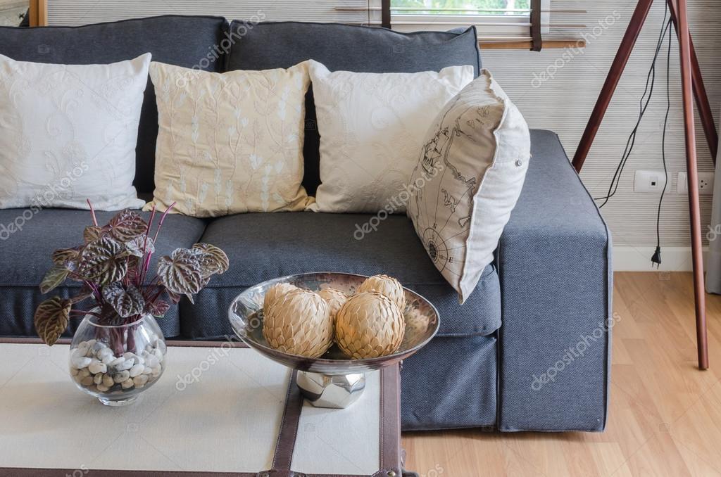 Woonkamer Zwarte Bank : Zwarte bank met kussens in woonkamer u2014 stockfoto