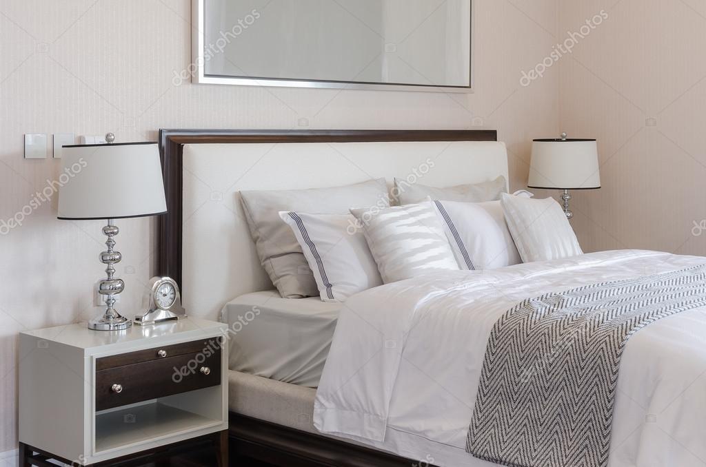 luxus hálószoba fehér klasszikus lámpa és asztali óra — Stock Fotó ...