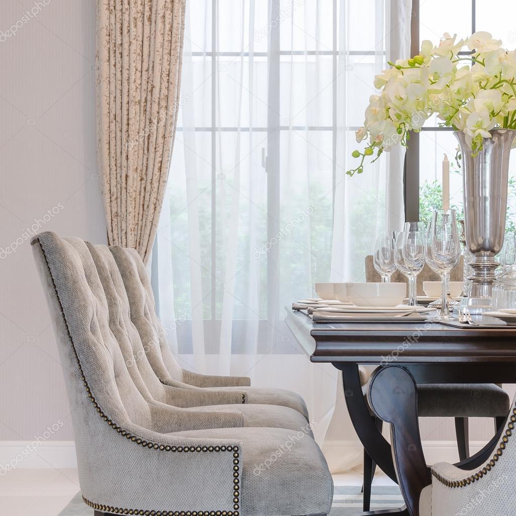 Sala da pranzo di lusso con stile sedie classiche — Foto ...