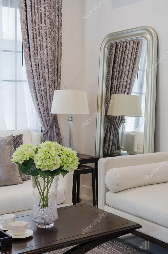 Plantas en florero de vidrio sobre mesa de madera en for Vidrio para mesa de comedor precio