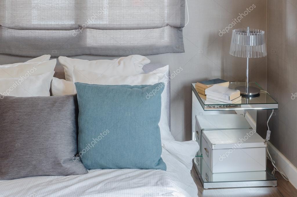 Slaapkamer Groen Grijs : Grijs en groen kussen op witte bed in moderne slaapkamer u2014 stockfoto
