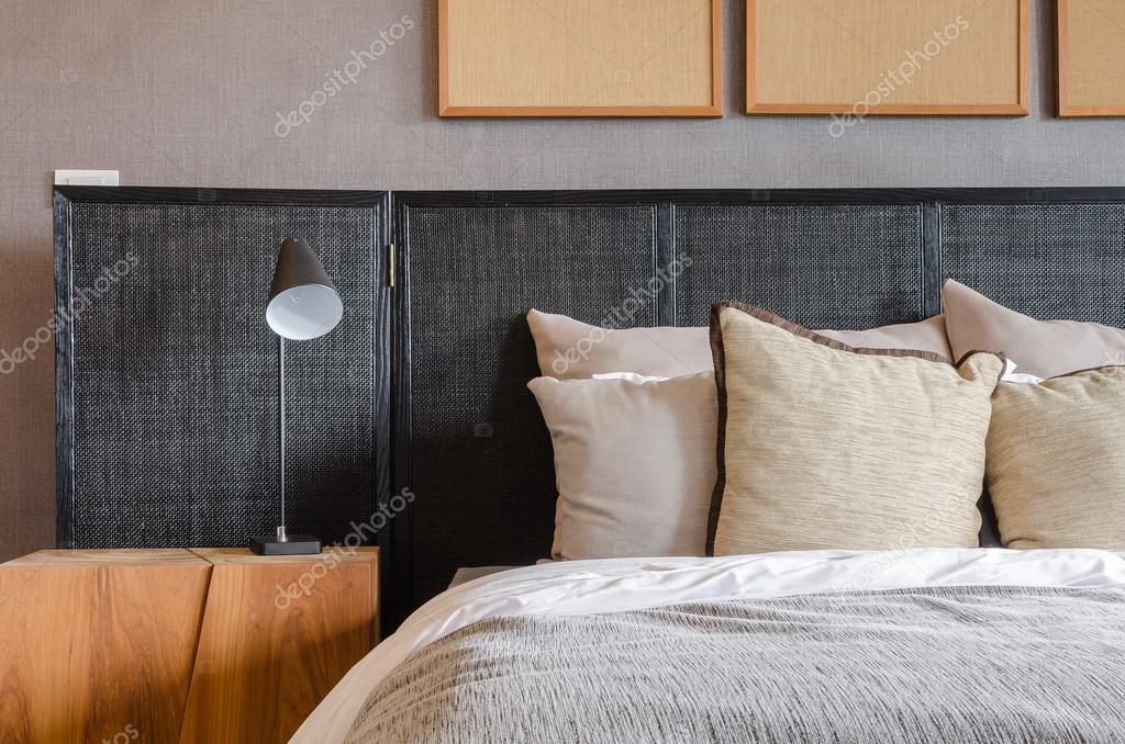 Moderne schwarze Bett mit Kissen und Lampe im Schlafzimmer ...