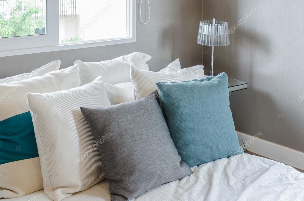coussin gris et vert sur blanc lit dans chambre à coucher moderne ...