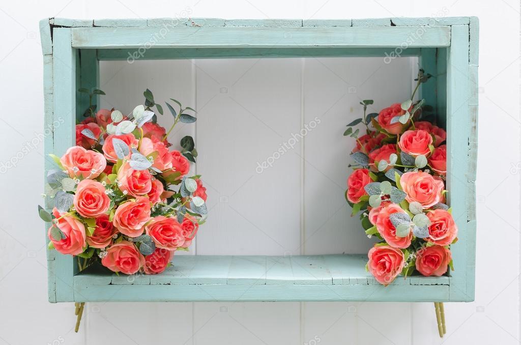 Fleur En Boite En Bois Vert Sur Mur Blanc Photographie