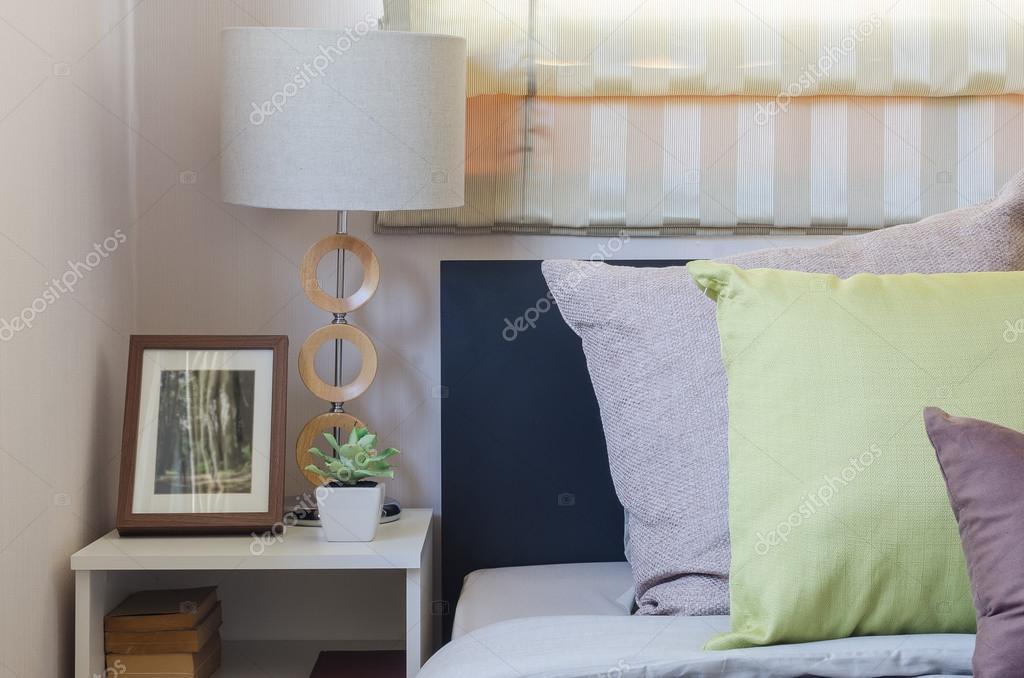 oreillers marron et verts oreillers sur le lit dans la chambre à ...