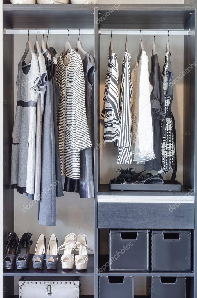 4ffe32c2d6 fekete-fehér ruha fekete szekrény — Stock Fotó © khongkitwiriyachan ...