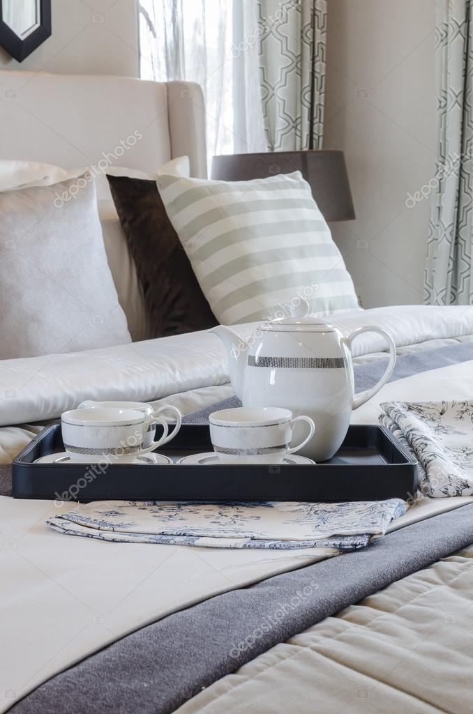 Teetasse setzen auf schwarzes Tray im Schlafzimmer — Stockfoto ...