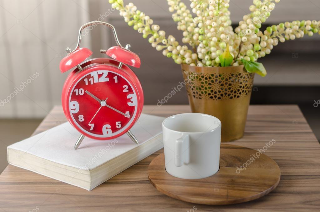 r veil rouge moderne livre avec tasse sur plateau en bois photographie khongkitwiriyachan. Black Bedroom Furniture Sets. Home Design Ideas