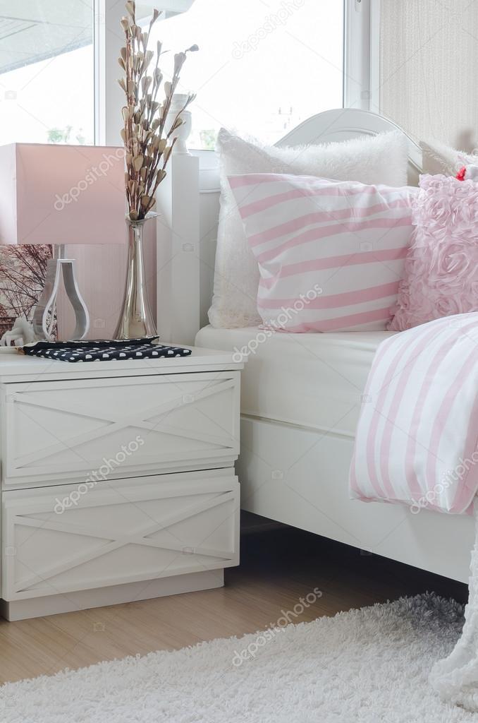 tavolo bianco con vaso di fiori in camera da letto del capretto ...
