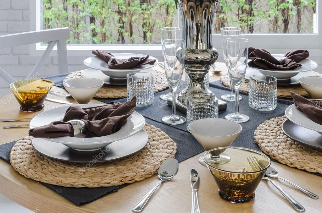tabella impostata su tavola rotonda di legno nella sala da pranzo ... - Tavolo Da Pranzo Set Con Tavola Rotonda