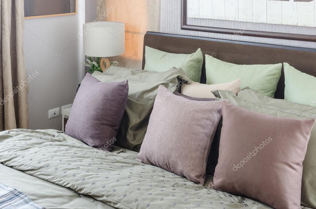 Kussen Wit 17 : Kussens op king size bed met moderne wit licht u2014 stockfoto
