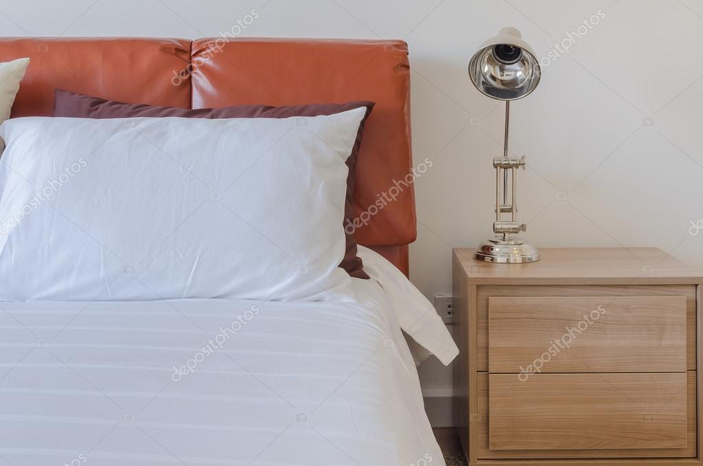 Moderne Schlafzimmer Mit Leder Braun Bett Und Moderne Lampe U2014 Stockfoto