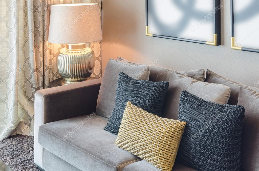 Goud en zwarte kleur kussens op grijze bank u2014 stockfoto