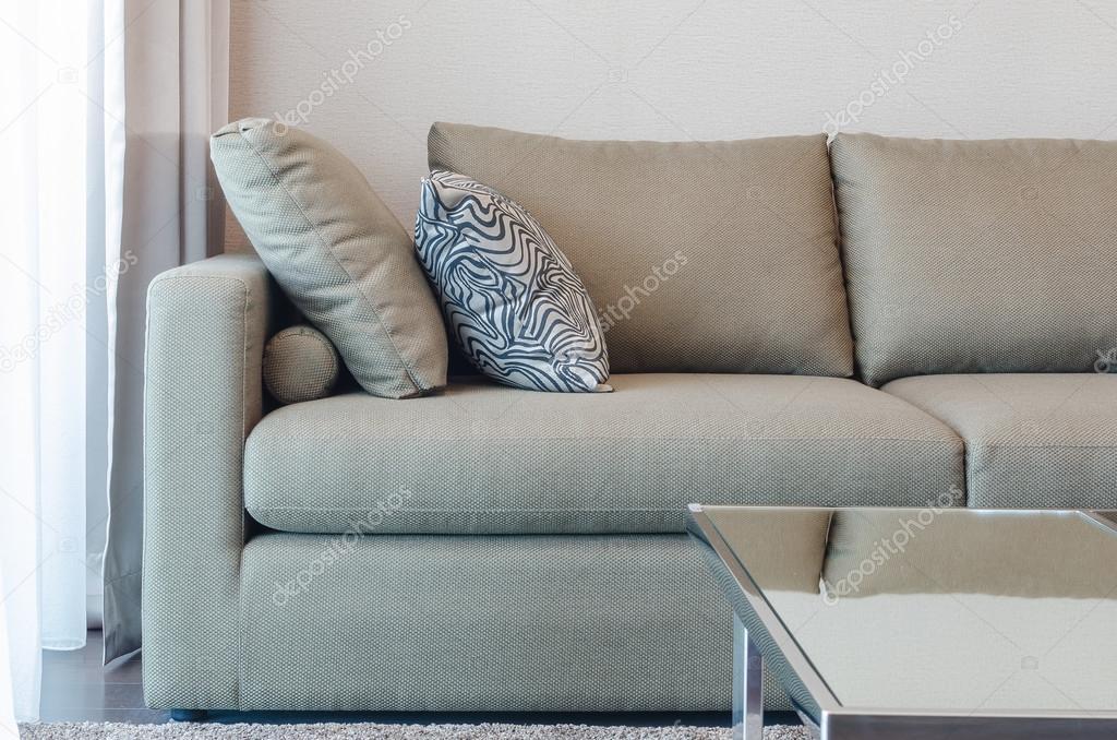 canap tissu vert avec coussin noir et blanc photographie khongkitwiriyachan 75861635. Black Bedroom Furniture Sets. Home Design Ideas
