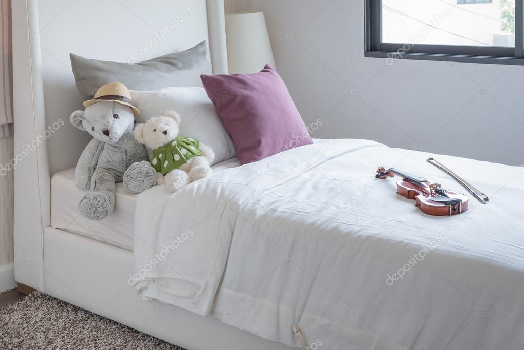 19778b3840 Quarto infantil com bonecas e almofadas na cama — Fotografia de Stock