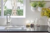 Fotografie moderní jímky na černém kuchyňské linky